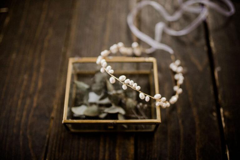 Goldener Brauthaarschmuck mit Süßwasserperlen für Hochzeit