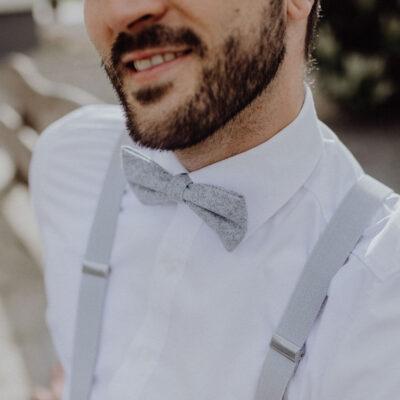 Hellgraue Fliege mit passenden Hosenträgern für Hochzeit