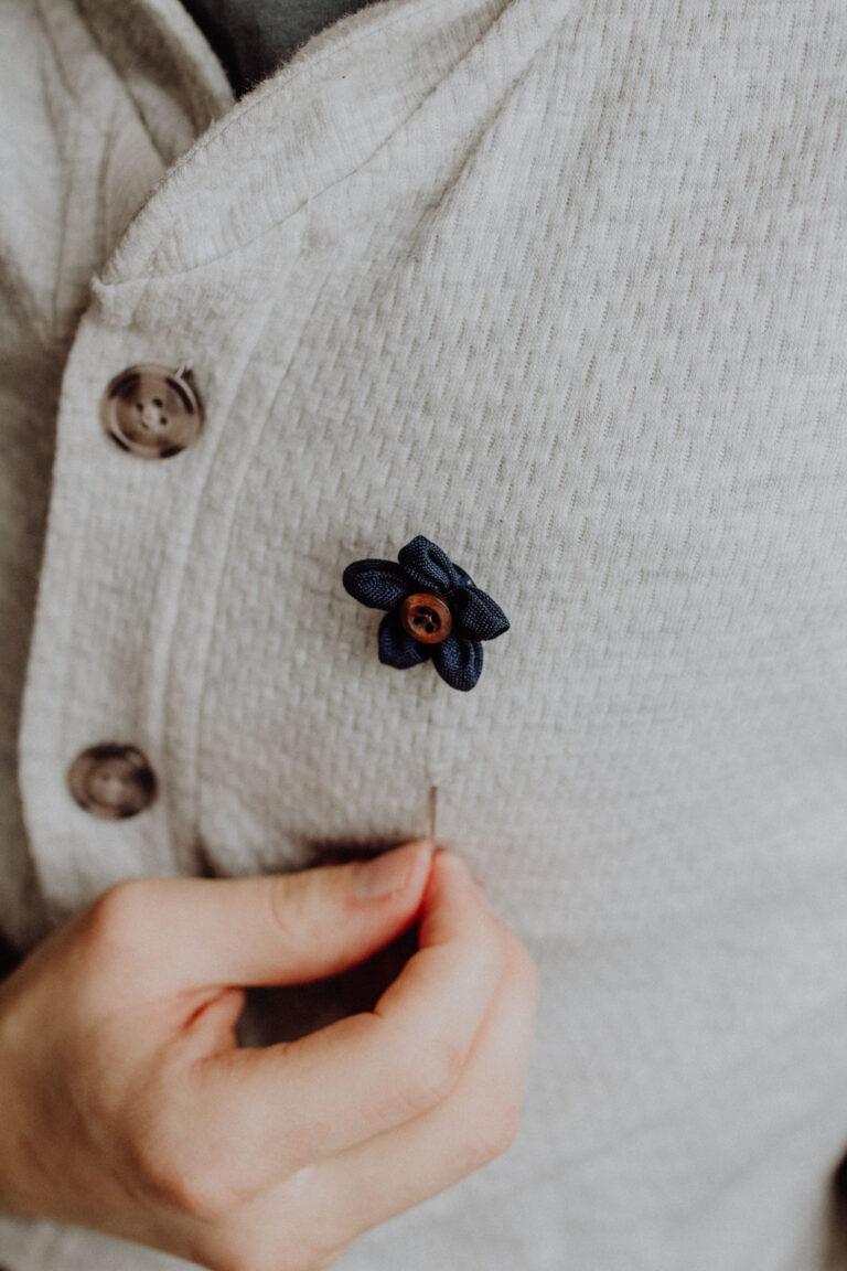 Herrenanstecknadel Blume Blau Tragebild