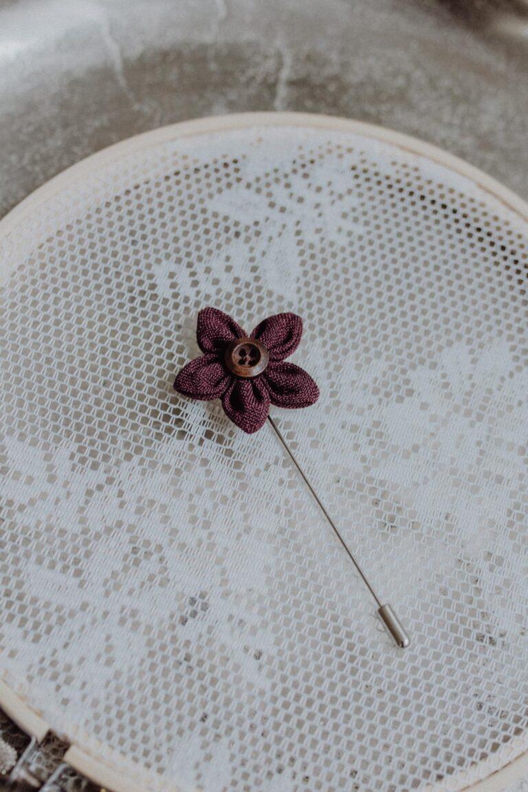 Herrenanstecknadel Blume Weinrot