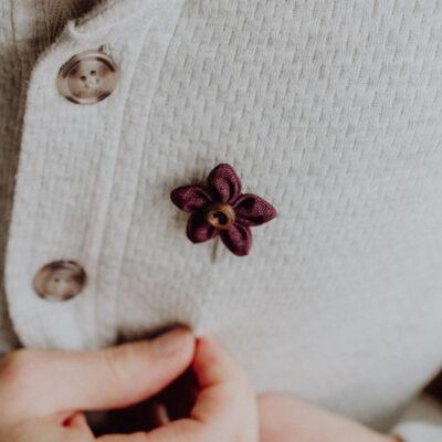 Herrenanstecknadel Blume Weinrot Tragebild