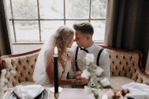 Hochzeitsoutfit Bräutigam Hosenträger Fliege dunkelblau