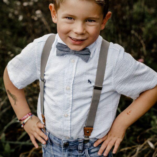 Hosenträger für Kinder in grau mit blauer Fliege für Hochzeit