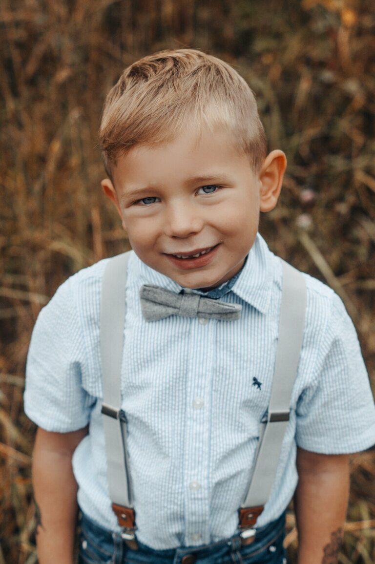 Hosenträger für Kinder in hellgrau mit passender Fliege