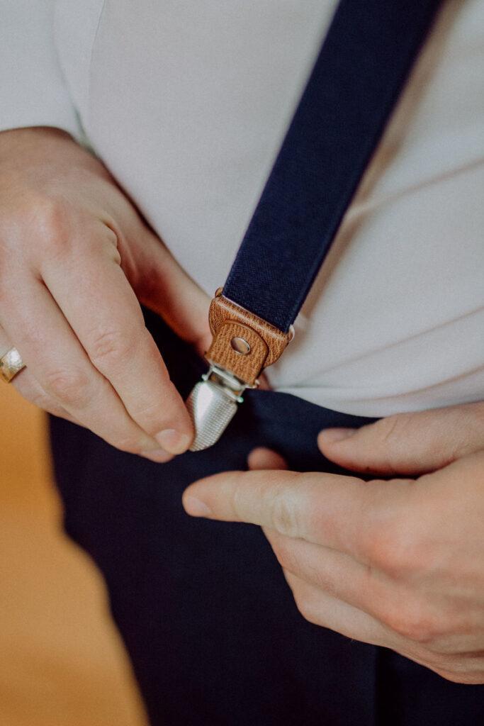 Hosenträger richtig tragen - vorne befestigen