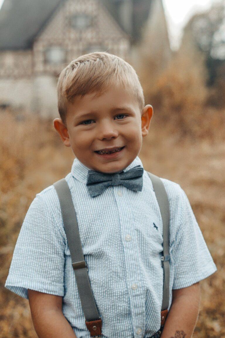 Kinderfliege in blau mit passenden Hosenträgern in grau