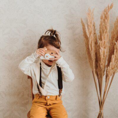 Kinderhosenträger Braun Malina Tragebild mit Holzkamera