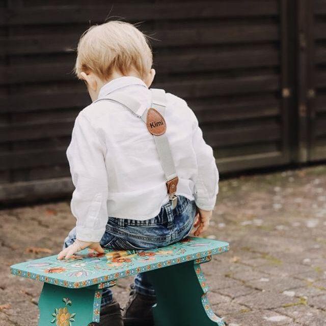 Kinderhosenträger Jungen Tragebild Hellgrau Bank
