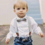 Kinderhosenträger Jungen Tragebild Hellgrau mit Fliege