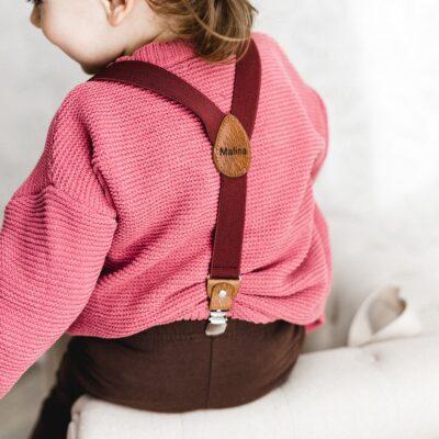 Kinderhosenträger Mädchen Weinrot Malina Tragebild hinten