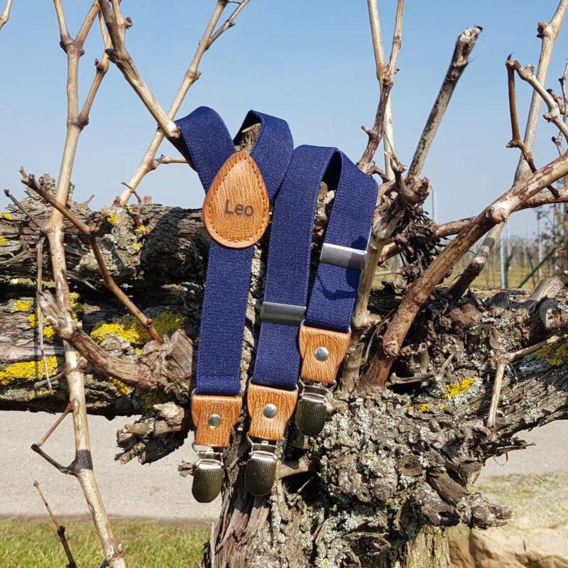 Kinderhosenträger dunkelblau auf Baum