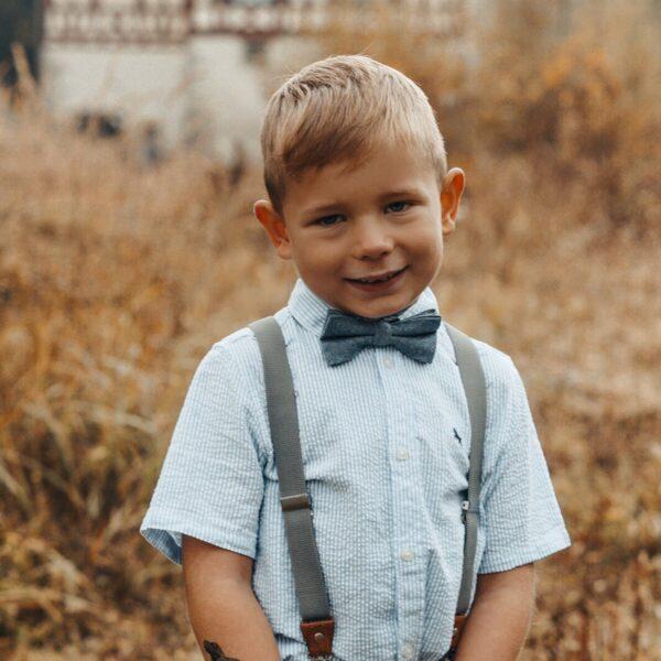 Kinderhosenträger in grau mit passender Fliege