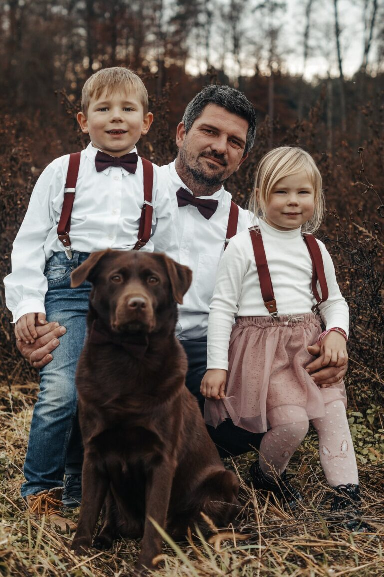 Partnerlook für die ganze Familie: Vater, Sohn & Tochter in weinrot