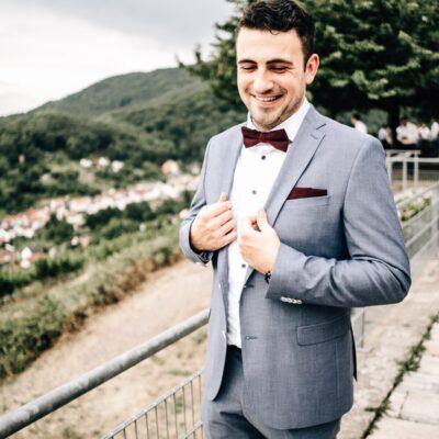 schickes Outfit für den Bräutigam in weinrot passend zu grauem Anzug
