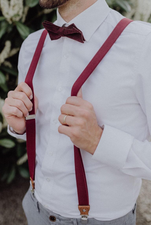 weinrote Herrenhosenträger und weinrote Fliege Hochzeit